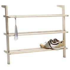 Einzelabbildung des Schuhregal Gaston mit Schuhlöffel von side by side. Das Schuhregal bietet Platz für ca. 9 Paar Herrenschuhe oder 12 Paar Damenschuhe und besteht aus unbehandeltem Eschenholz.