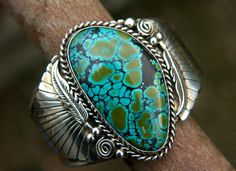 Vintage Native American Jewelry BRACELET (SouthWest - New Mexico ) * BLUE BOY Turquoise Stone * Sterling Silver * Signed DE Sterling * Blue Boy Turquoise Stone : 1 16/13 ( 4,5 cm ) L x 1 ( 2,5 cm ) W * Bracelet : 1 5/8 (4.3 cm) x 2 7/16 (6 cm ) * Total weight : 2 oz (55 g ) Thank you