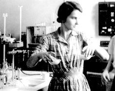 Rosalind Franklin: Nacida en Londres en 1920, jugó un papel clave en el descubrimiento de la estructura del ADN, aunque nunca obtuvo el reconocimiento que merecía. Un cáncer de ovario provocado por las repetidas exposiciones a la radiación en sus experimentos y el machismo imperante en la sociedad de la época le privaron del Premio Nobel de Medicina, que fue concedido a sus compañeros de laboratorio en 1962, pocos años después de su fallecimiento.
