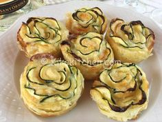 rose di pasta sfoglia con zucchine Antipasto, Ricotta, I Love Food, Good Food, Rose Pasta, Party Finger Foods, Pizza, Cooking Light, Fritters