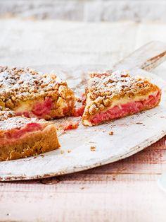 Einfach und unglaublich köstlich: Dieser Marzipan-Rhabarber-Kuchen ist im Frühling ein Muss für jeden Kaffeetisch! #rezept #rhabarber