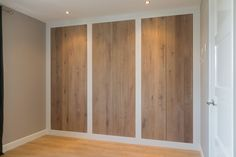 mooie omlijsting van kast in muur. Hout heeft niet perse mijn voorkeur Wardrobe Door Designs, Wardrobe Doors, Bedroom Wardrobe, Built In Wardrobe, Pallet Wall Bedroom, Home Decor Bedroom, Casa Patio, Build A Closet, Hallway Designs