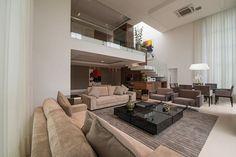 O pé-direito duplo da sala valoriza o ambiente e contribui para o aproveitamento da iluminação natural e a vista do bosque. - Revista Sua Casa