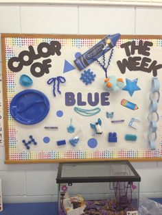 Color of the Week - post blue items that the children bring in from home - Preschool bulletin board week good way to teach colours Preschool Rooms, Preschool Bulletin Boards, Preschool Lessons, Preschool Classroom, Preschool Learning, Early Learning, Classroom Decor, Preschool Activities, Holiday Classrooms