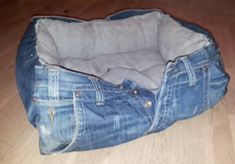 Most up-to-date Photos 10 incredible ideas to recycle old jeans Ideas I enjoy Jeans ! And much more I want to sew my own Jeans. Next Jeans Sew Along I'm planning to r Diy Jeans, Jean Crafts, Denim Crafts, Denim Ideas, Old Clothes, Sewing Clothes, Denim Bag, Denim Skirt, Dog Shirt