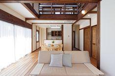 柱や梁が美しい、真壁作りの家。 真壁とは、柱や梁などの建物の軸組が表面に見える建築様式。 壁や柱が呼吸することができ、湿度調節も可能で、日本の気候風土に適した建築様式です。 無垢材の肌触りと風合いが、暮らしを彩る和モダンの家。 注文住宅 千葉 新築一戸建て ローコスト住宅 Divider, How To Plan, Room, Furniture, Home Decor, Bedroom, Decoration Home, Room Decor, Rooms