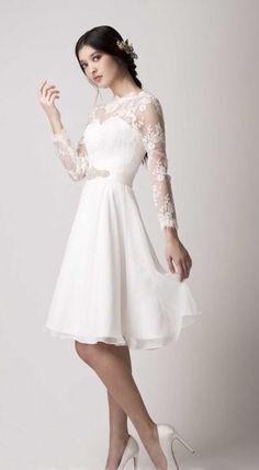 Prachtige korte stijl bruidsjurk gemaakt van organza. De top heeft lange kanten mouwen en heeft een mooie halslijn welke prachtig bewerkt is met kant. De jurk wordt helemaal op de hand en op maat gemaakt.