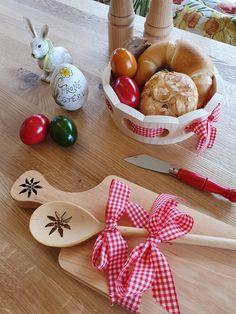 Wir decken Ihren Ostertisch! Schöne Geschenkideen aus Holz. Picnic, Basket, Schnapps, Happy Easter, Boards, Ceilings, Timber Wood, Gifts, Picnics