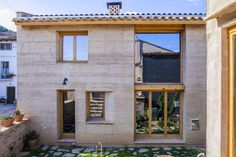 Winner of the Terra Award 2016, this earth house in Spain follows vernacular architecture principles and helps to re-link human to nature and to build a more sustainable architecture.