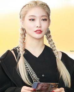 Image may contain: one or more people Jung Chaeyeon, Kim Chungha, Choi Yoojung, Pretty Korean Girls, Ioi, White Hair, Korean Singer, Hair Looks, Korean Girl Groups