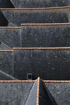 Vue Sur Les Toits. De daken van de kerk van het Franse Josselin in een foto van mich-bois.