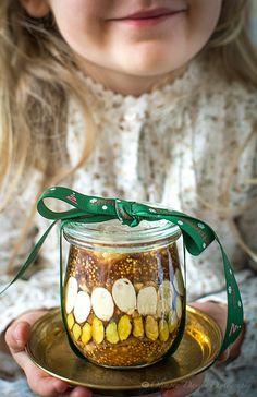 Pomysłowe Pieczenie: Orzechy w syropie miodowo-cynamonowym  Składniki: 30 g orzechów laskowych bez skórki 30 g orzechów włoskich 30 g orzechów pekan 15 g migdałów bez skórki 15 g pistacji bez skórki 3 fig 2/3 szklanki cukru 1/4 szklanki wody 1 laska cynamonu 1 laska wanilii 3 łyżki miodu
