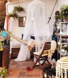 déco de balcon avec hamac et meubles en bois