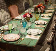 Durante los últimos años las ambientaciones eclécticas o con elementos vintage se han instalado en nuestros comedores. Nada más cool que un matrimonio de estilo campestre con mesas largas que mezclan distintos tipos de sillas, platos y adornos.