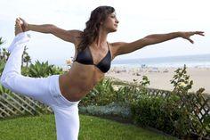 dieta detox push up in forma donna fisico snello bella bikini nero pantaloni bianchi attività fisica mare estate spiaggia lido