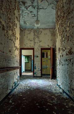 The Bathroom by Richard Saunders, via 500px