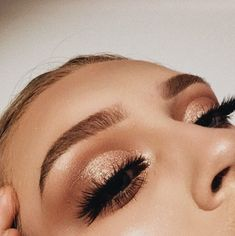 Holiday Eye Make Up - Prom Makeup Looks Sparkle Eye Makeup, Glitter Eyeshadow, Gold Eyeshadow Looks, Gold Eye Makeup, Glitter Makeup, Bronzy Eye Makeup, Daytime Eyeshadow, Fake Eyelash Makeup, Crazy Eyeshadow