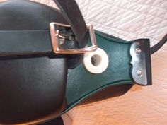 Uilleann bellows (two-coloured). Soufflet cuir bicolore vert et noir pour uilleann pipes. Irish music.  Musique irlandaise.