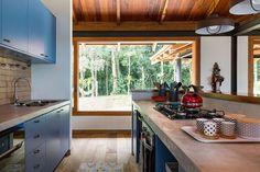 Esse projeto do escritório RAP Arquitetura e Interiores foi feito para um casal que morava no RJ, com filhos adultos. Eles sempre quiseram ter uma casa de campo em Itaipava, região serrana do RJ. Porém a distância entre SP (onde moram) e Itaipava era sempre uma dificuldade, até que um dia foram