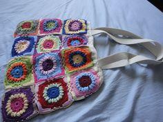 Bolsa feita no crochê com linha de algodão, com forro e fecho. Faço em todas as cores. R$ 120,00