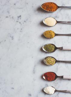 Iedere maandag publiceren we een 'praktisch artikel,' waarin we – logisch – praktische tips met jullie delen. Vorige week bespraken we drie manieren om tofu te bereiden, vandaag hebben we het over het maken van je eigen kruidenmixen. Heb jij ook een bak of rekje vol met losse kruiden die je maar niet opgebruikt krijgt? … Lees verder 3 x zelf kruidenmixen maken →