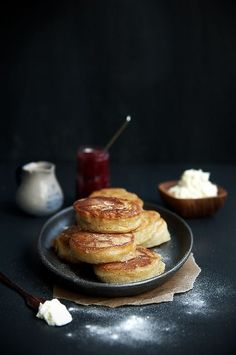 Classic English Crumpets - perfect for brunch before your matinee of HOUND Brunch Recipes, Sweet Recipes, Breakfast Recipes, Breakfast Healthy, Health Breakfast, English Crumpets, English Food, Love Food, Food Photography