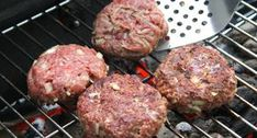 Hamburgerhús recept grillen   APRÓSÉF.HU - receptek képekkel Grill Party, Bacon, Grilling, Bbq, Recipies, Food And Drink, Cooking Recipes, Pizza, Ethnic Recipes