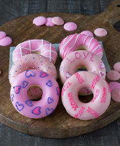 Valentine's Day Donuts - treat your Valentine to a batch of these cute homemade donuts! - but I'd probably cheat, buy the donuts and just do the decorating - the kids would love these for breakfast on Valentine's Day Valentine Desserts, Cute Desserts, Valentines Day Treats, Valentines Breakfast, Delicious Donuts, Yummy Food, Cute Donuts, Homemade Donuts, Donut Recipes