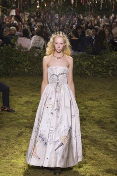 The complete Christian Dior Spring 2017 Couture fashion show now on Vogue Runway. Dior Haute Couture, Christian Dior Couture, Style Couture, Couture Mode, Couture Fashion, Couture Week, Christian Siriano, Dior Fashion, Fashion Week