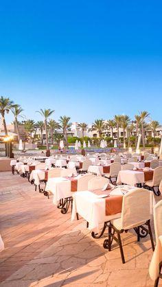 """Urlaub in Ägypten. Urlaub in Marsa Alam am Roten Meer. Dieses luxuriöse Resort bildet mit dem """"Port Ghalib Resort"""" eine großzügige Hotelanlage. Weiters gibt es neben einer eleganten Empfangshalle mit Rezeption & Lobby, eine Shisha-Ecke, das Hauptrestaurant, das Restaurant """"Lagoon"""" mit Buffet am Abend sowie das """"Cardamom"""" à la carte am Strand & verschiedene Bars. #egypt #restaurant #ägypten #portghalib #marsaalam #redseahotels #reiseinspiration #reiselust #traumurlaub #allinclusive #lagune Marsa Alam, Buffet, Restaurant, Am Meer, Outdoor Furniture Sets, Outdoor Decor, Red Sea, Hotels, Strand"""