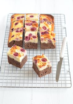 Brownies with raspberry cheesecake topping Cheesecake Toppings, Cheesecake Brownies, Pumpkin Cheesecake, Raspberry Cheesecake, Yummy Treats, Sweet Treats, Yummy Food, Sweets Cake, Cupcake Cakes