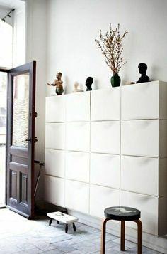un jolie meuble chaussure ikea laqué blanc dans le couloir