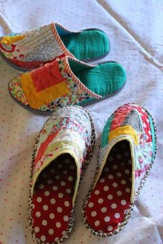 Through the window: Tutorial pantuflas patchwork / Patchwork Slippers Tutorial. - Sewing Patterns - Through the window: Tutorial pantuflas patchwork / Patchwork Slippers Tutorial. Sewing Tutorials, Sewing Crafts, Sewing Projects, Sewing Patterns, Tutorial Sewing, Patchwork Tutorial, Tutorial Crochet, Crochet Patterns, Quilt Patterns
