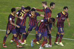 Los azulgrana celebran el gol de Pedro