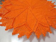 Centro de mesa em crochê, confeccionada na cor laranja e com linha Anne. Linda para enfeitar sua sala, cozinha e até um criado mudo. Também pode ser feita da cor desejada, porém não possuo a pronta entrega.