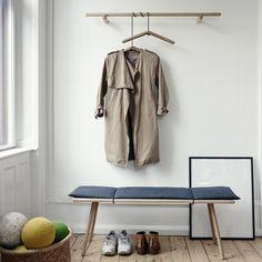 Skagerakin Georg on viehättävä kokoelma puisia kalusteita, jotka syntyivät tarpeesta säilyttää ja ripustaa asioita eteisissä. Chris Liljenberg Halstrømin suunnittelemissa pöydissä, jakkaroissa, peileissä ja vaaterekeissä toistuu minimalistinen muotokieli, joka on miellyttävä yhdistelmä skandinaavista ja japanilaista estetiikkaa.