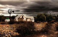 Karoo Landscape Artwork, Landscape Photos, Love Pictures, Pictures To Paint, Derelict House, South Afrika, Old Windmills, Building Painting, Country Barns