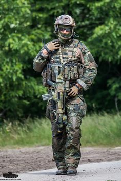 German special forces commando of the KSK (Special Operations Command) [683 x 1024]