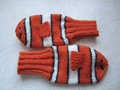 Knitting Patterns Mittens Finding Nemo knitted mittens- I am surprised more of these were not made during the snow storm…. Mittens Pattern, Knit Mittens, Knitted Gloves, Knitting Socks, Free Knitting, Baby Knitting, Knitting Patterns, Crochet Patterns, Knit Socks