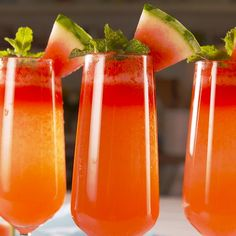 Watermelon Mimosas Looking for a summer cocktail? This is the perfect one. It's especially great for brunch, but als Brunch Drinks, Fun Drinks, Healthy Drinks, Alcoholic Drinks, Healthy Recipes, Healthy Food, Beverages, Nutrition Drinks, Mixed Drinks