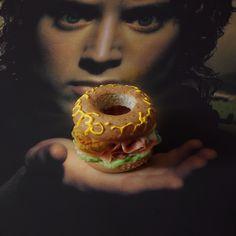 A Burger To Feed Them All. Sauron fumé. Sauce Gandalf le Blanche. Moutarde elfique. La communauté du concombre. Lord of The Oignon Rings.   http://fatandfuriousburger.com/