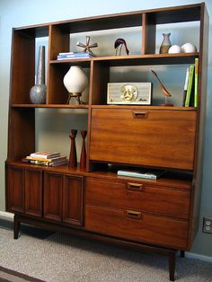 Mid Century Modern gorgeous wall unit - another great one for the living room Mid Century Modern Decor, Mid Century Modern Furniture, Mid Century Design, Mid Century Wall Unit, Mid Century House, Retro Furniture, Furniture Design, Furniture Buyers, Furniture Showroom