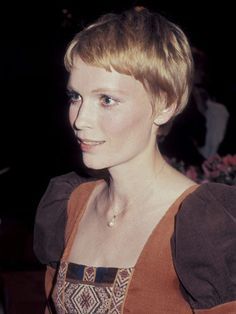 Mia Farrow Mia Farrow's fresh-faced beauty was the perfect match for the pixie haircut she sported in the which was softer and fuller than the extreme crop she wore in the Celebrity Short Hair, Celebrity Hairstyles, Popular Hairstyles, Pixie Hairstyles, Casual Hairstyles, Pixie Haircuts, Medium Hairstyles, Braided Hairstyles, Mia Farrow Pixie
