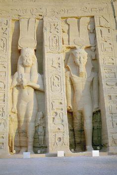 Estatuas de NEFERTARI y RAMSES II en la fachada del Templo de culto a la diosa Hathor en ABU SIMBEL perteneciente a la célebre gran esposa real del tercer faraón de la Dinastía XIX del Imperio Nuevo.