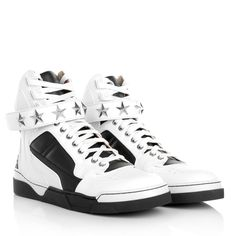 The it-peace again: wear white Sneakers with casual jeans like the one from Givenchy 'HT Tyson Blanc/Noir'. Fashionette.de
