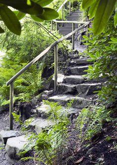 Portaat helpottavat pihassa ja puutarhassa liikkumista Lue Viherpihan vinkit ja suunnittele pihallesi turvalliset portaat!