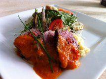 Une délicieuse pièce de viande farcie aux tomates séchées et poivrons rouges, accompagnée d'une salade fraîche de roquette et un coulis de poivron qui vous vaudra des applaudissements. C'est long, mais je vous garantis des applaudissements. Oui! Oui!