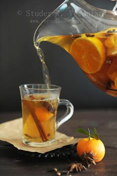 Orange tea with spices Ingredients: ● black tea - 1 tsp. ● cinnamon - 1 pinch or stick ● ginger - 1 pinch ● cloves - 1 piece Summer Drinks, Fun Drinks, Summer Food, Beverages, Hot Chocolate Pictures, Chai, Orange Tea, Afternoon Tea Parties, Fruit Tea