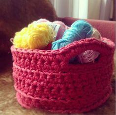 T-shirt yarn basket Crochet Home, Crochet Crafts, Crochet Yarn, Yarn Crafts, Crochet Projects, Chunky Crochet, Chunky Yarn, Caron Yarn, Basket Crafts