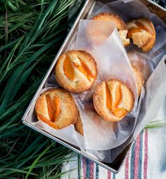 Little Apricot Cakes: Nectarines can replace apricots in this delicious and easy-to-make dessert. Picnic Desserts, Just Desserts, Delicious Desserts, Yummy Food, Picnic Menu, Sweet Recipes, Cake Recipes, Dessert Recipes, Apricot Recipes